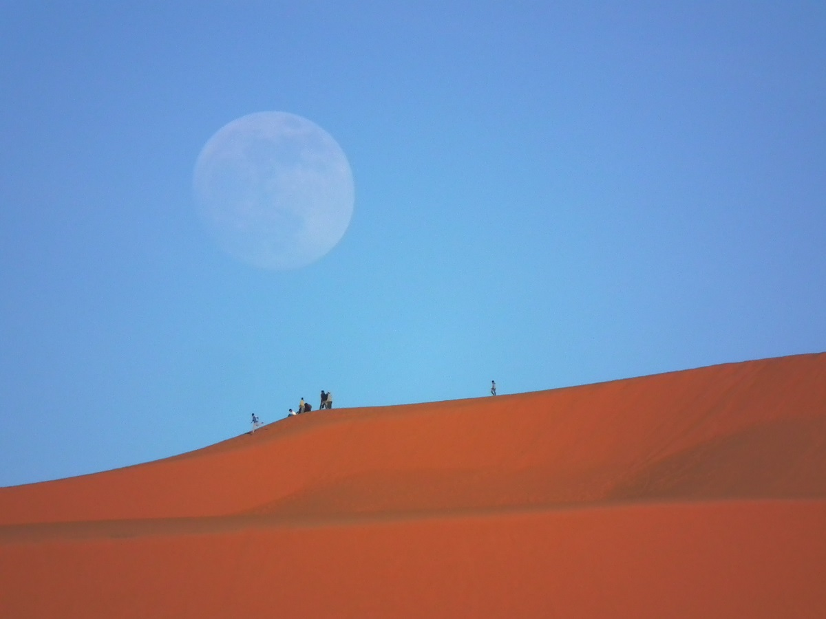 04.撒哈拉天空極為乾淨,沙丘上賞夕陽,巧妙地先遇著一輪美麗滿月!