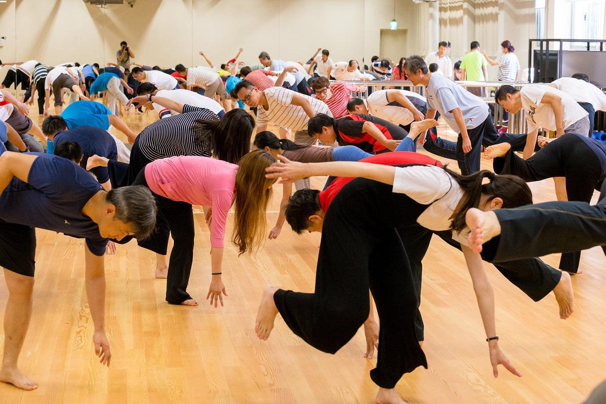04.透過群舞方式,可培養團體律動的協調與默契。