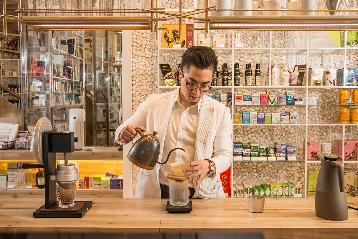 有沒有搞錯?在西藥房裡喝咖啡?
