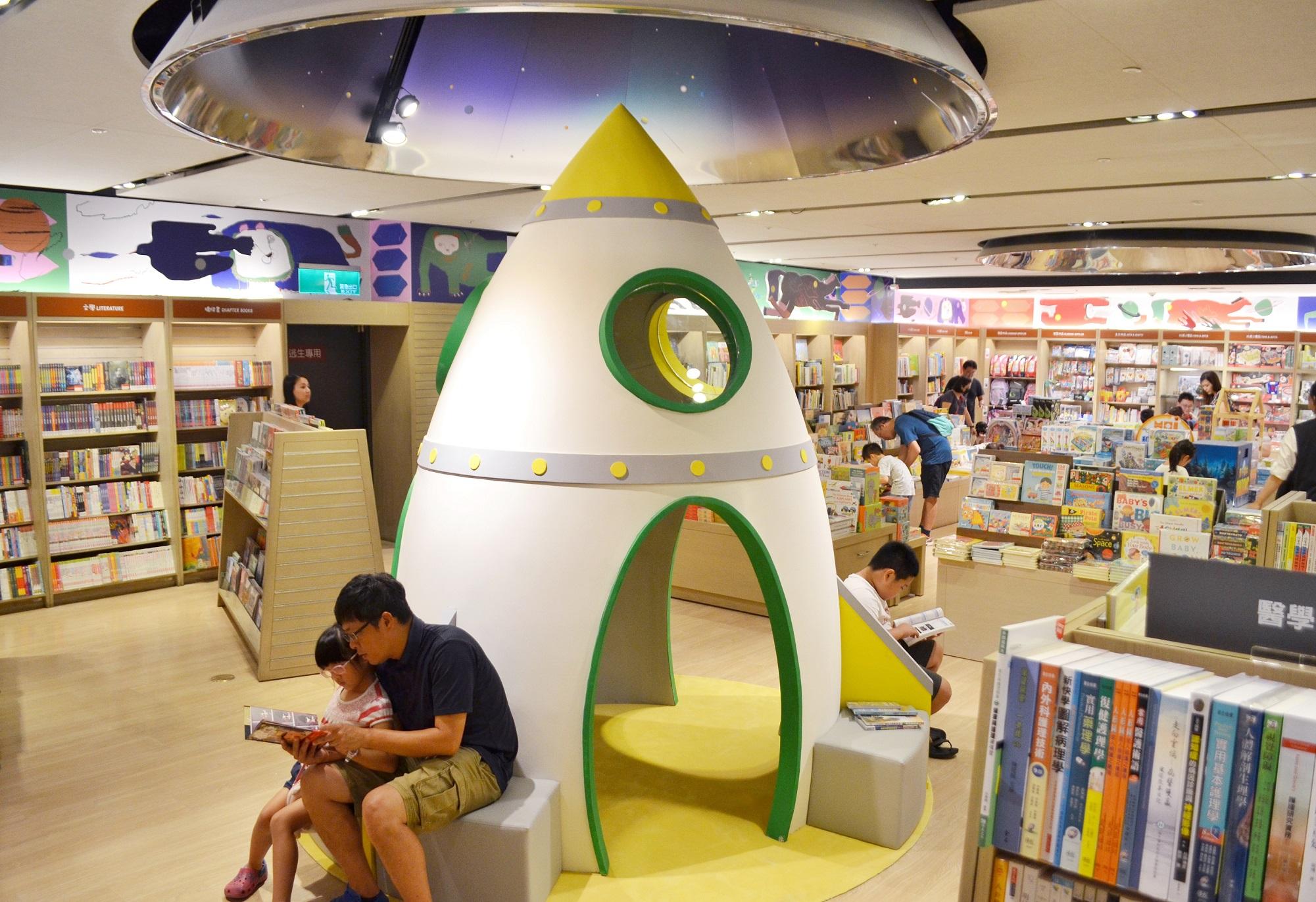 3公尺高火箭被搬到誠品裡面了,讓小朋友也可以愛上閱讀