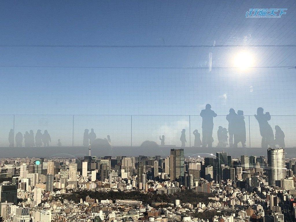 ▲美拍密技是,太陽落到西邊順著光往東邊拍,就能拍到景觀台上人群飄在東京空中的樣子。