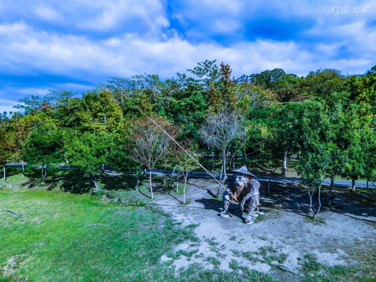 ▲大坡池東岸的藝術品《何時》,整尊以漂流木打造。(讀者提供)