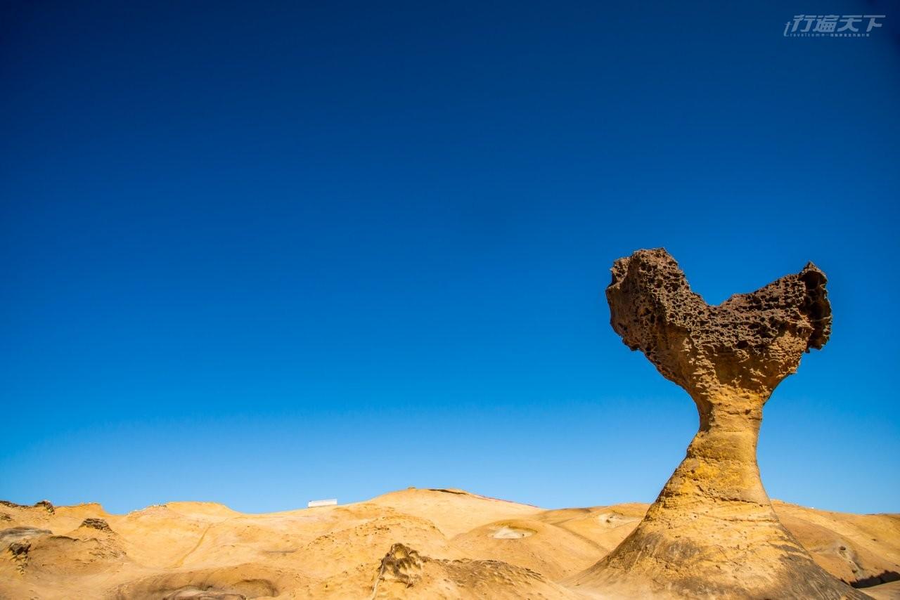 ▲外國部落客因為來到野柳,意外發現這處「秘境奇岩」,只有某個角度才會發現。