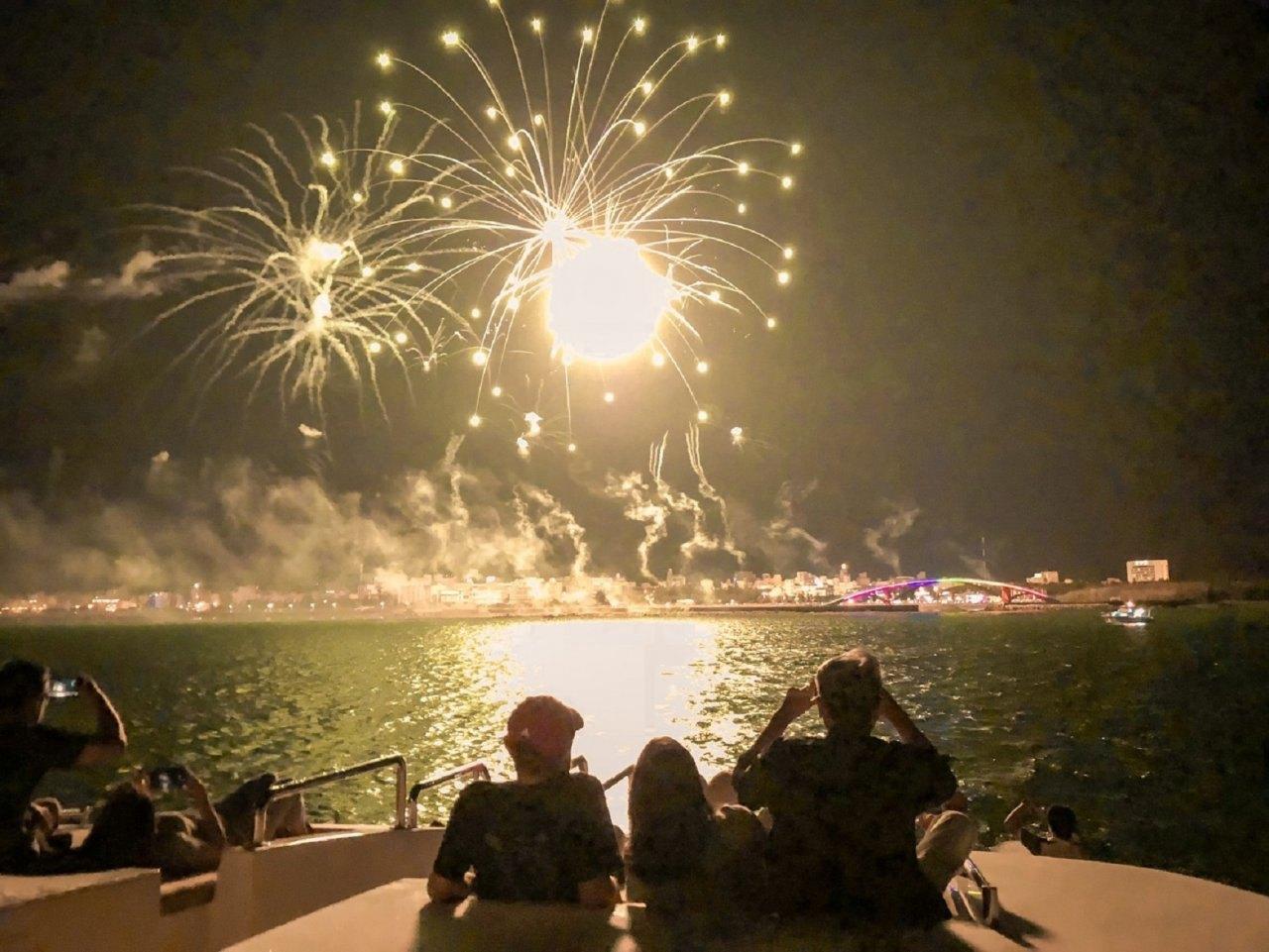 澎湖旅遊|花火節這樣觀賞才對味 海上就近看還不用人擠人