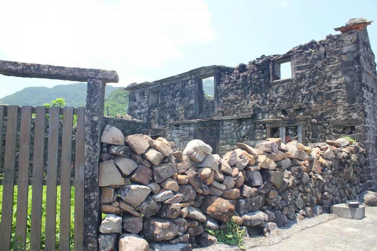 ▲以百年石頭厝聞名的卯澳漁村。