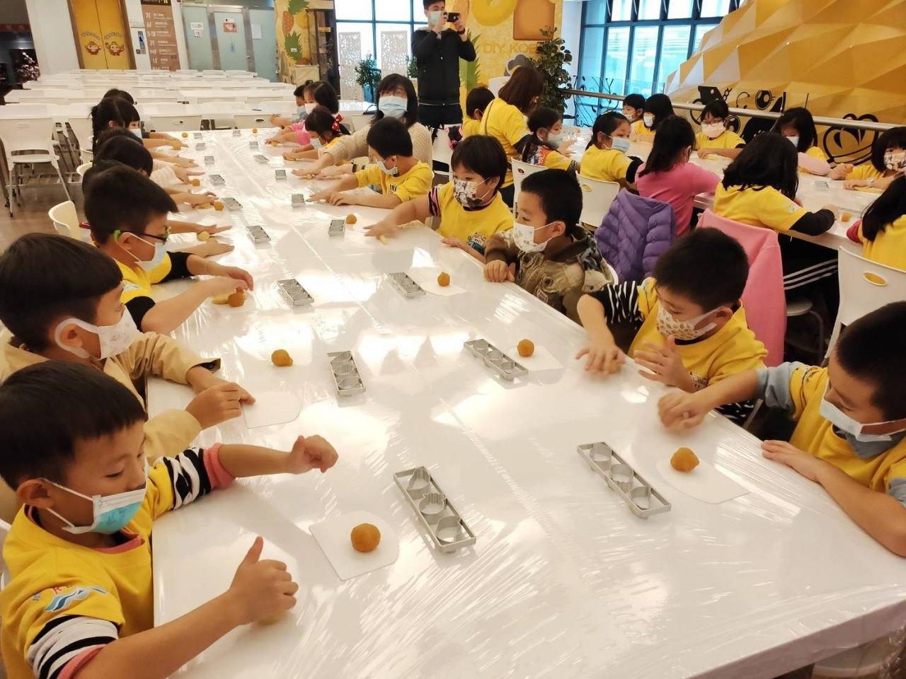 ▲大小朋友一起DIY自己的專屬鳳梨酥禮盒。