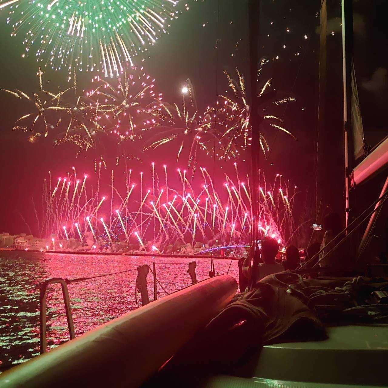 ▲與家人或三五好友在船上共度精緻晚餐,暢飲酒水賞花火。