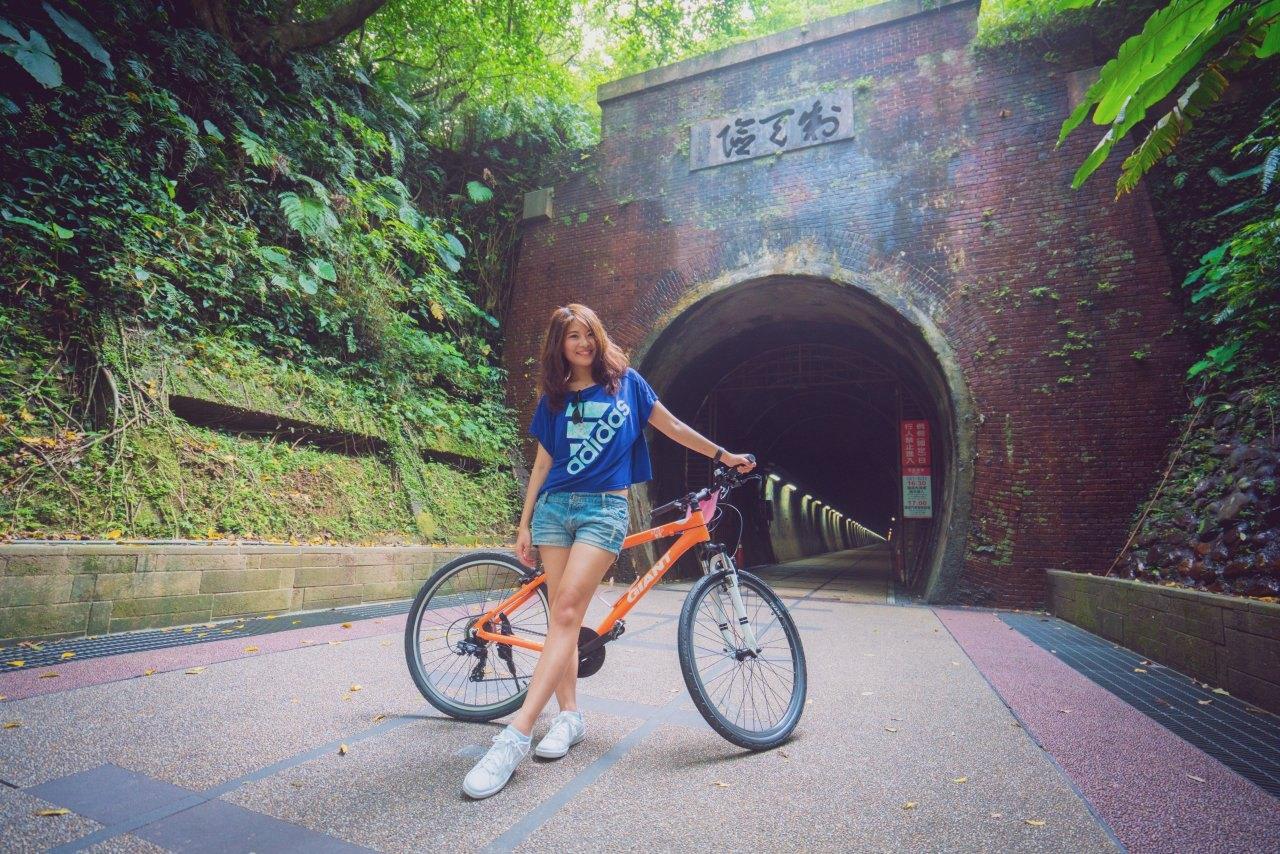 ▲連通新北宜蘭的舊草嶺隧道,騎乘自行車往返活動筋骨。