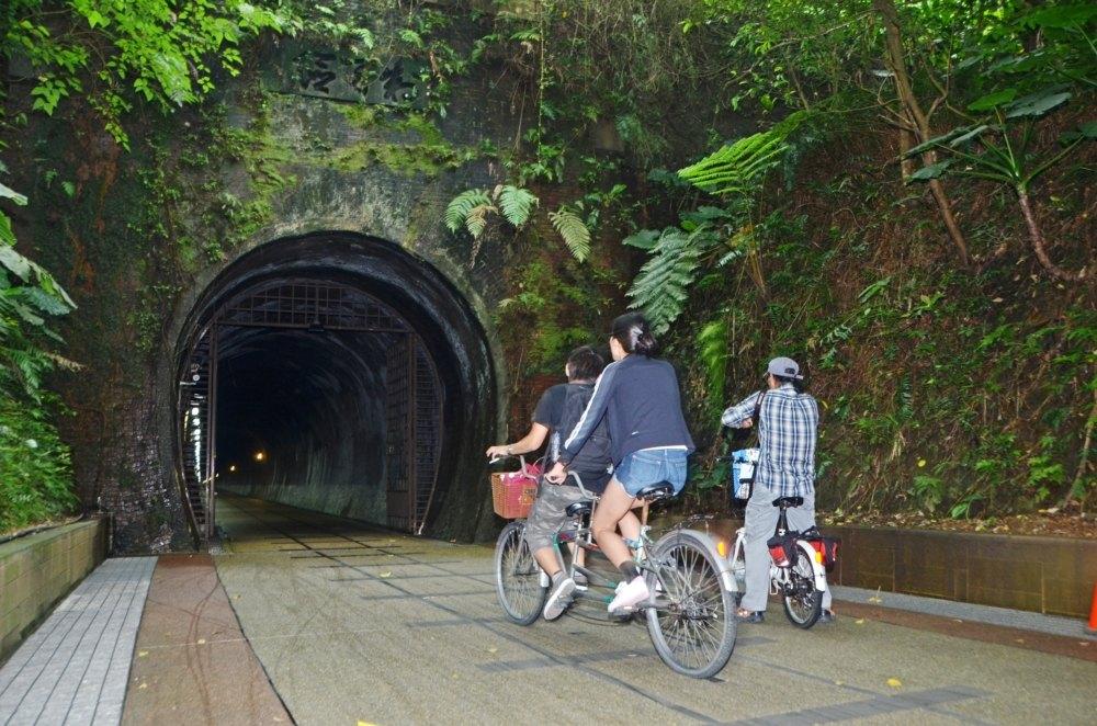 ▲跨越北宜兩縣市的舊草嶺隧道騎著單車欣賞山海秘境。