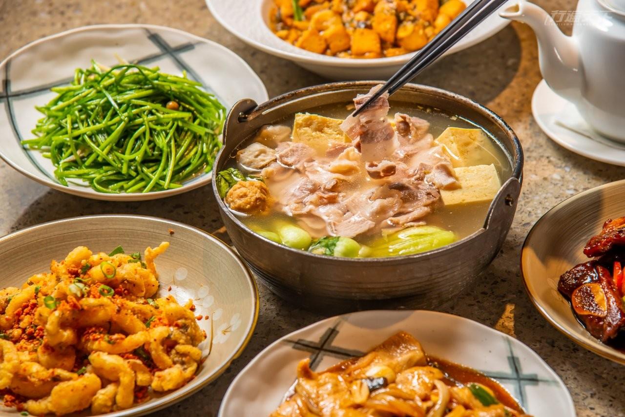 ▲使用雙溪山泉水醃的酸菜煮成酸菜白肉鍋吃來溫和酸香恰到好處。