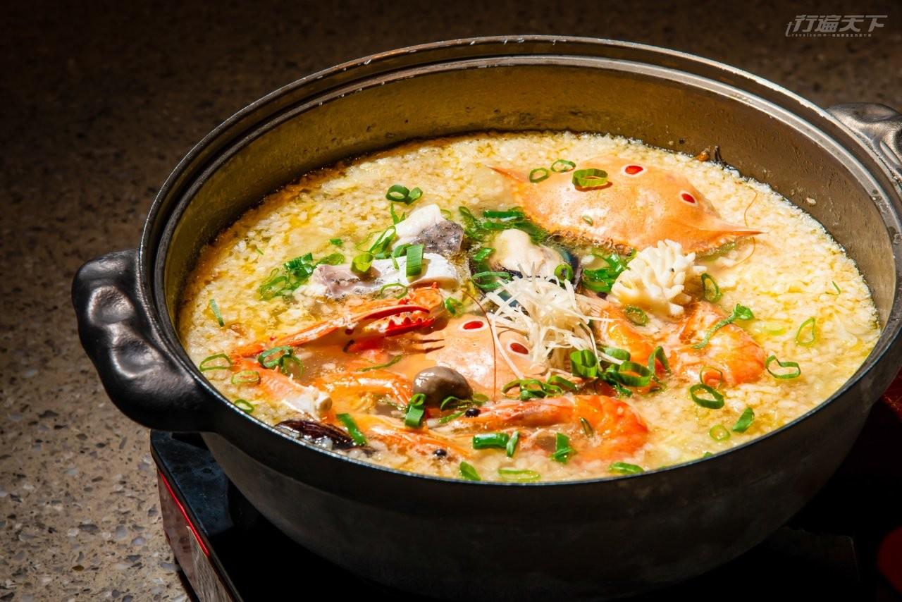 ▲炸米倒入沸騰的海鮮湯鍋煮成的米香金湯海鮮鍋,非常美味。