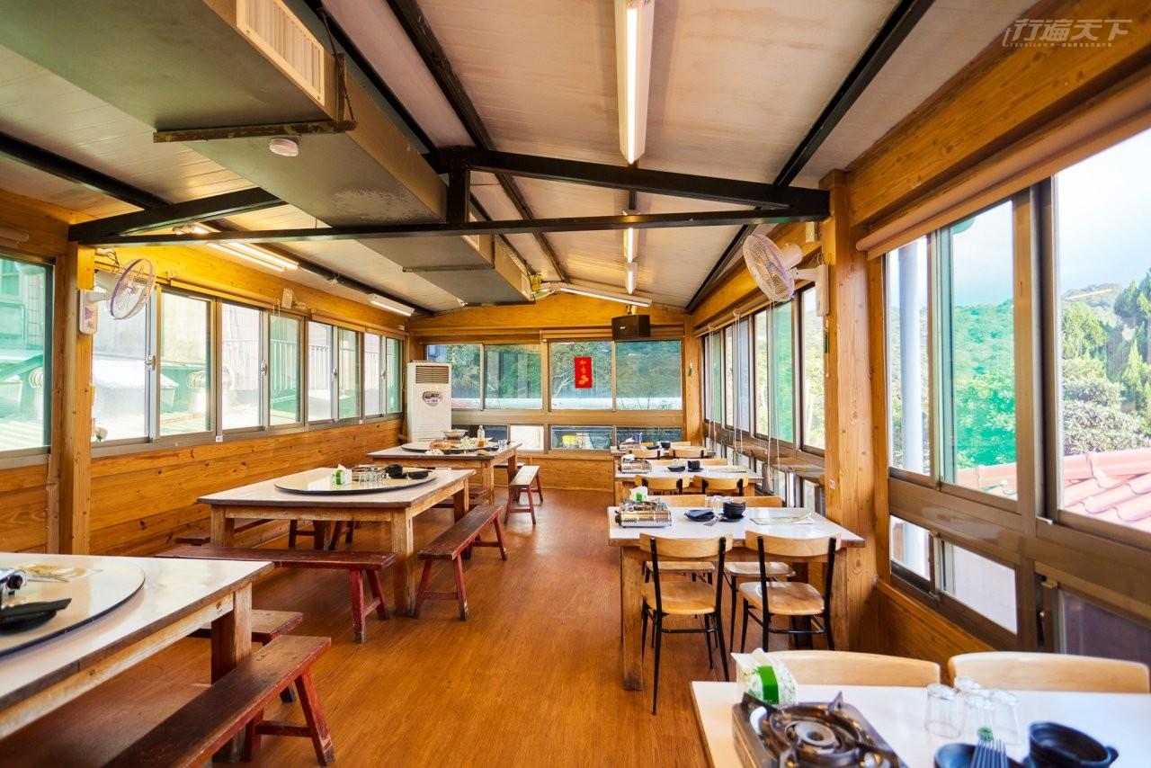 ▲松竹園店內簡單木色裝潢十分舒適,能邊欣賞山景邊用餐。