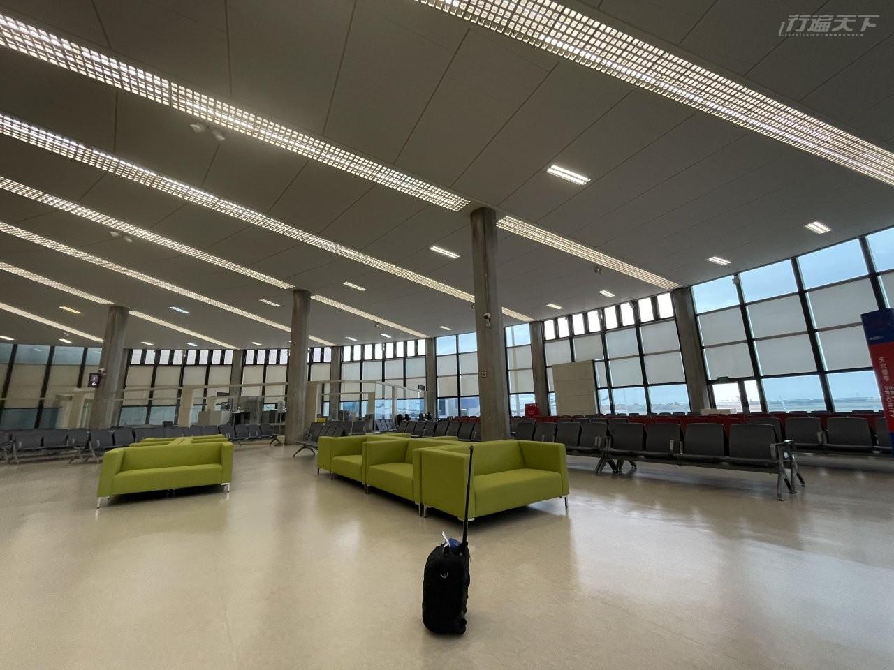 ▲到了候機室,也是空無一人,工作人員比乘客人數還多。