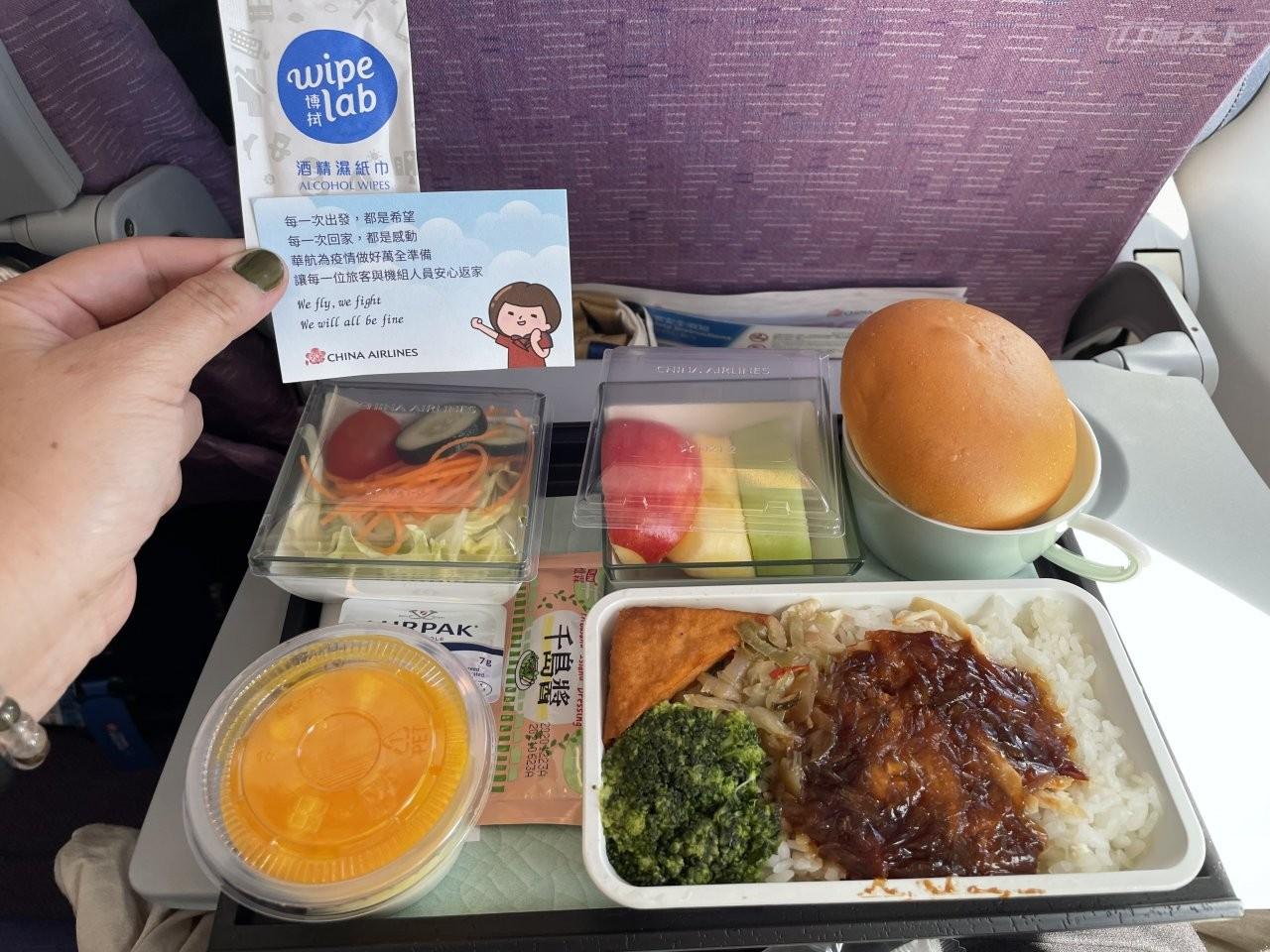 ▲華航飛機提供熱餐食,與之前不同的是,附加了消毒酒精棉與防疫提醒字卡。