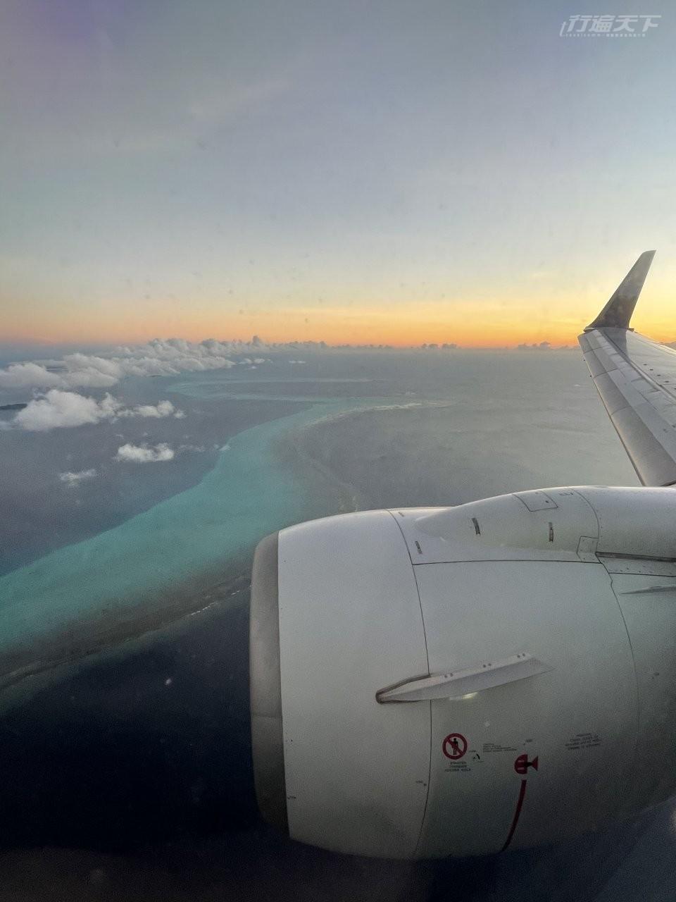 ▲13人爽包機躺著睡,3.5小時後空姐叫醒我,窗外已經是帛琉超藍的大海景。