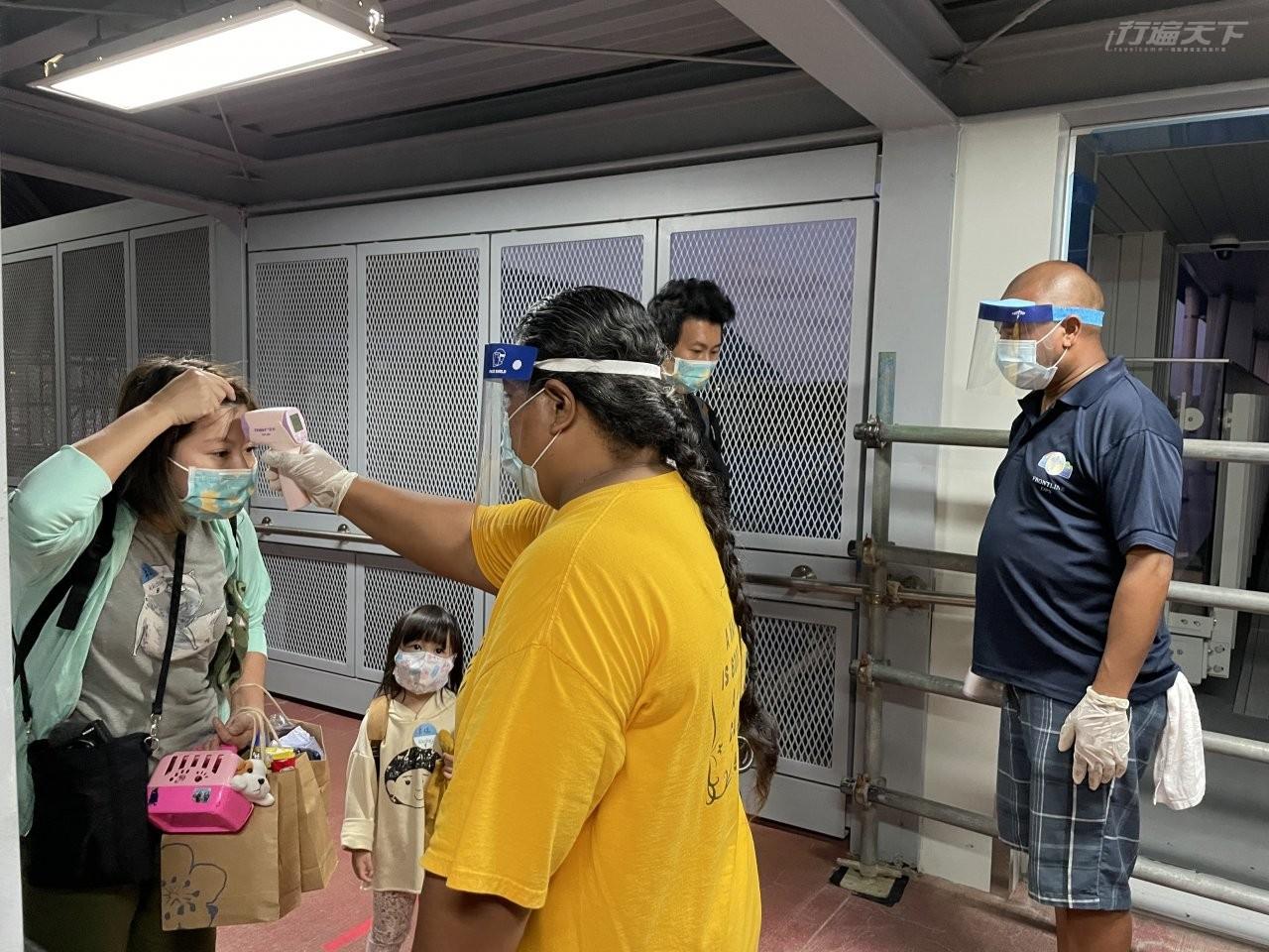 ▲抵達帛琉後一面說著歡迎一面就要噴酒精與量體溫,重點是,酒精就像不用錢一樣,噴到還會滴下水來。