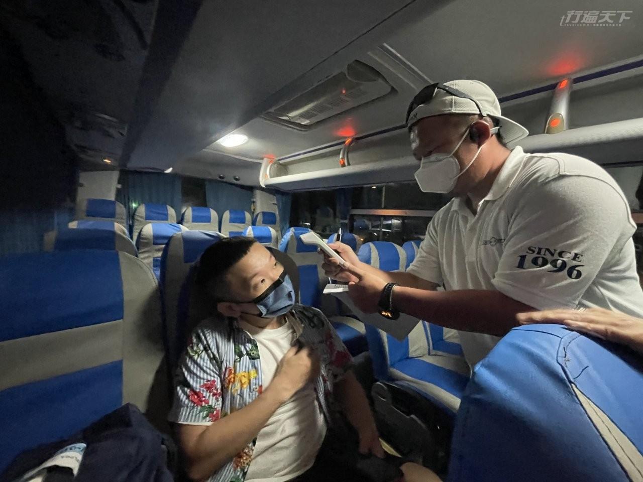 ▲在帛琉機場剛剛噴完酒精量完體溫,一上巴士又再來一套!