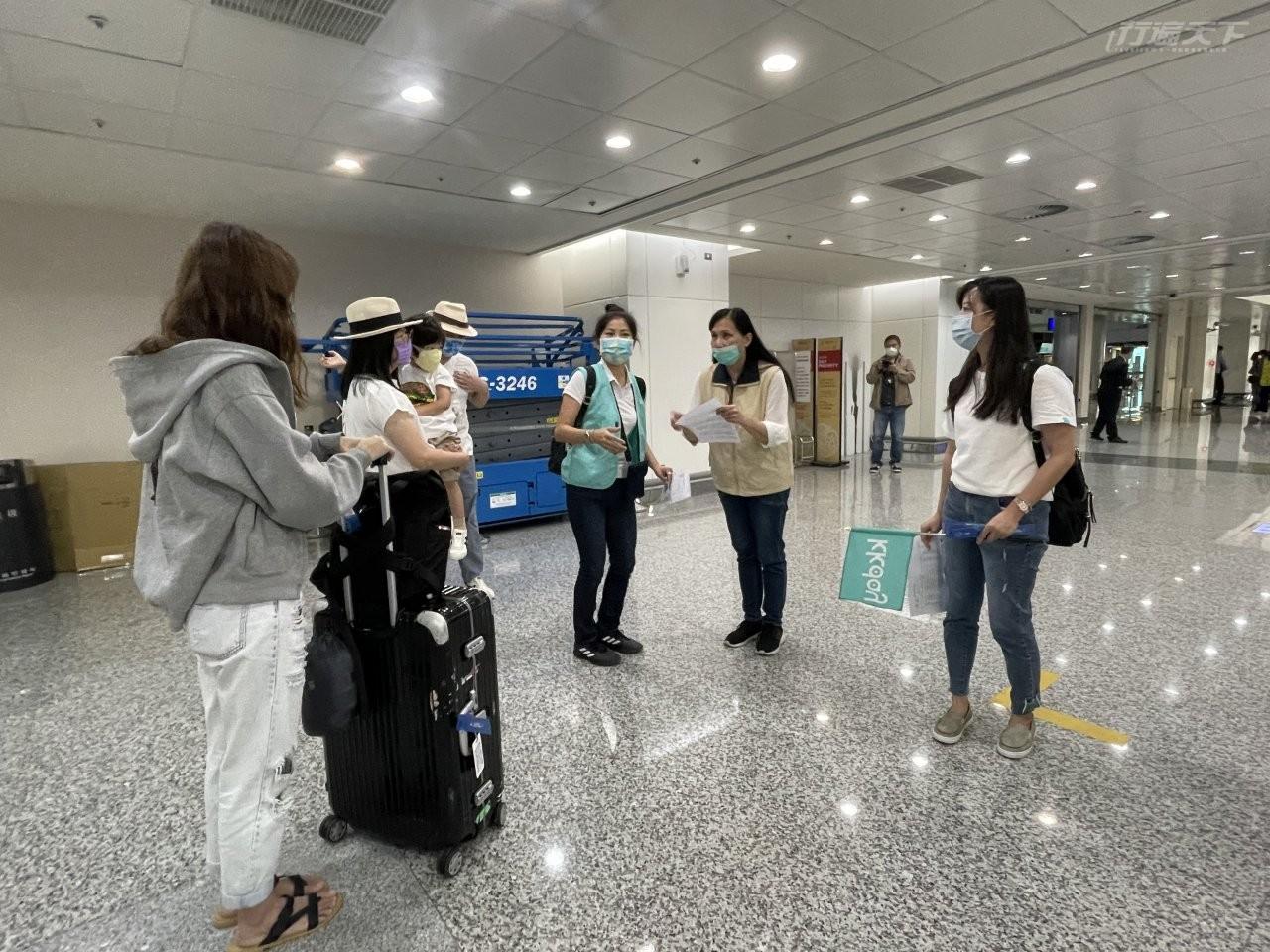 ▲機場人員提醒,此次團體進出與動線都要由導遊帶領一起行動。