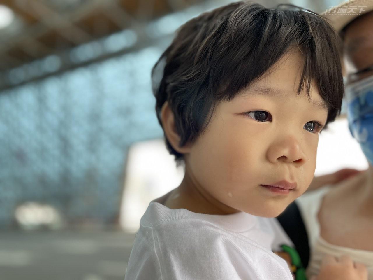 ▲採檢後,小弟小漢堡哭得可憐,直說喉嚨好痛。(後來吃了糖果就立馬好了!)