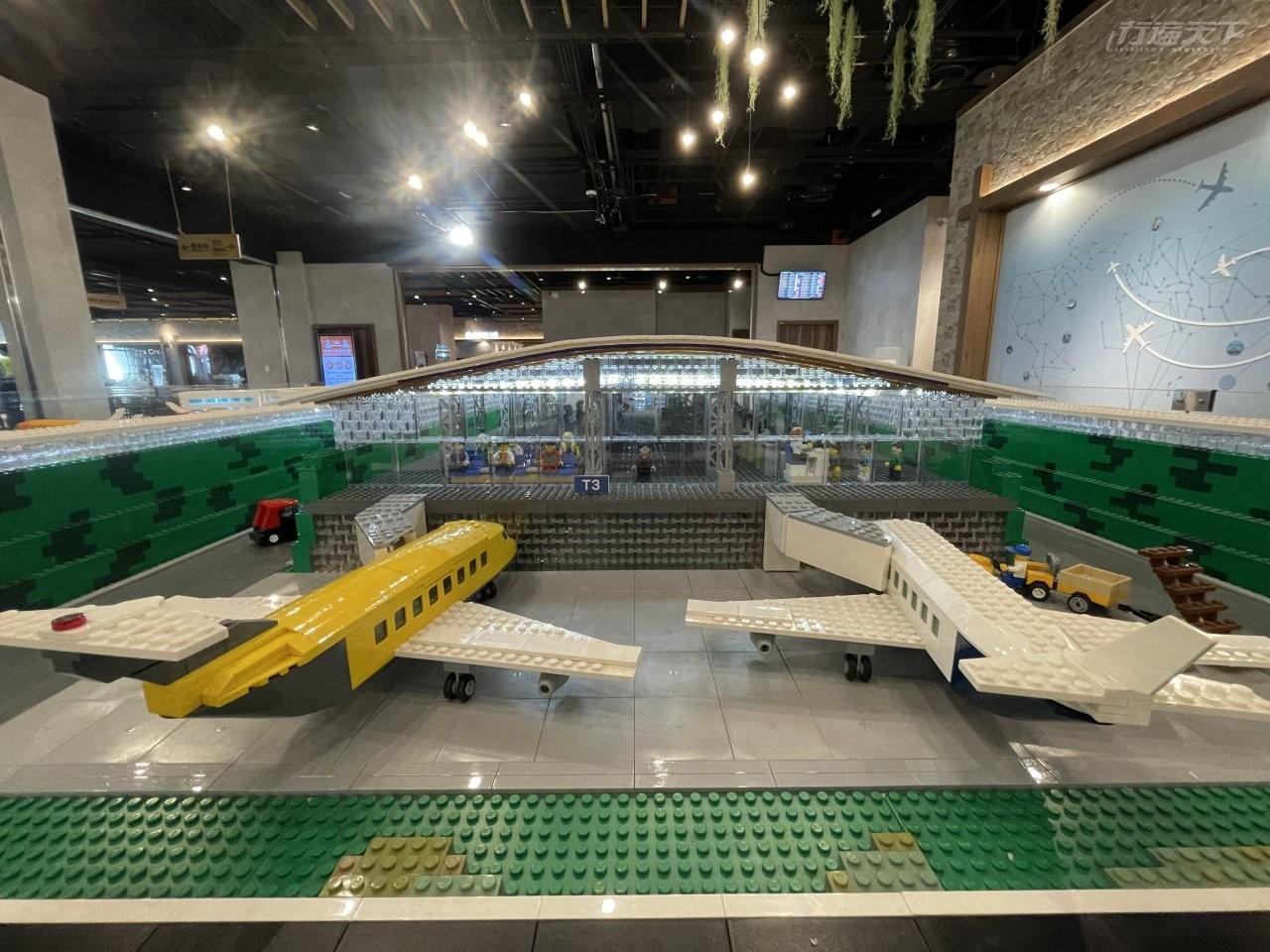 ▲等待檢疫結果期間,還可以欣賞昇恆昌在機場的藝術裝置,目前展示的樂高展,甚至把第三航廈模樣都造出。