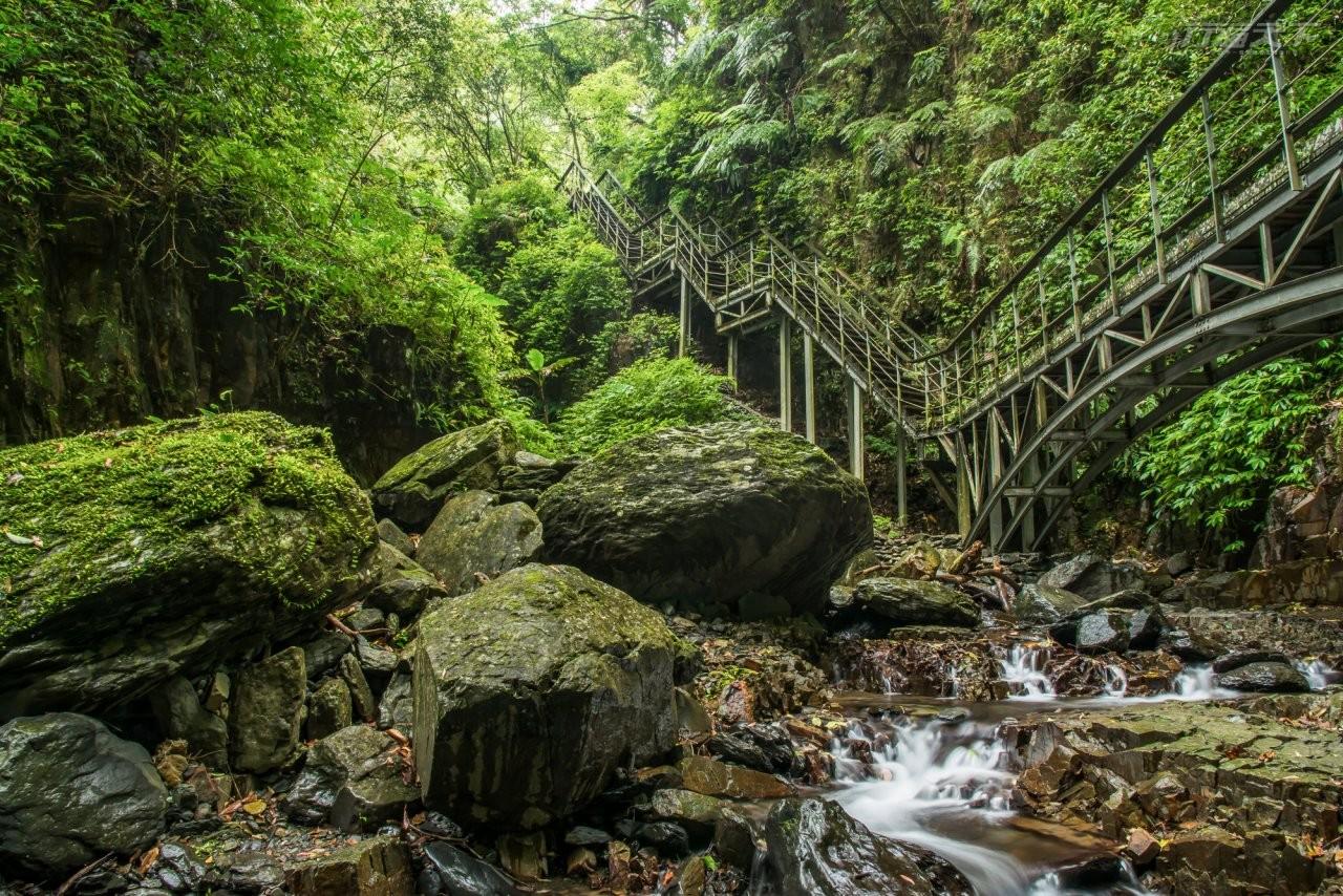 ▲林美石磐步道內的長橋與溪谷、瀑布流水構成一幅意境山水畫。