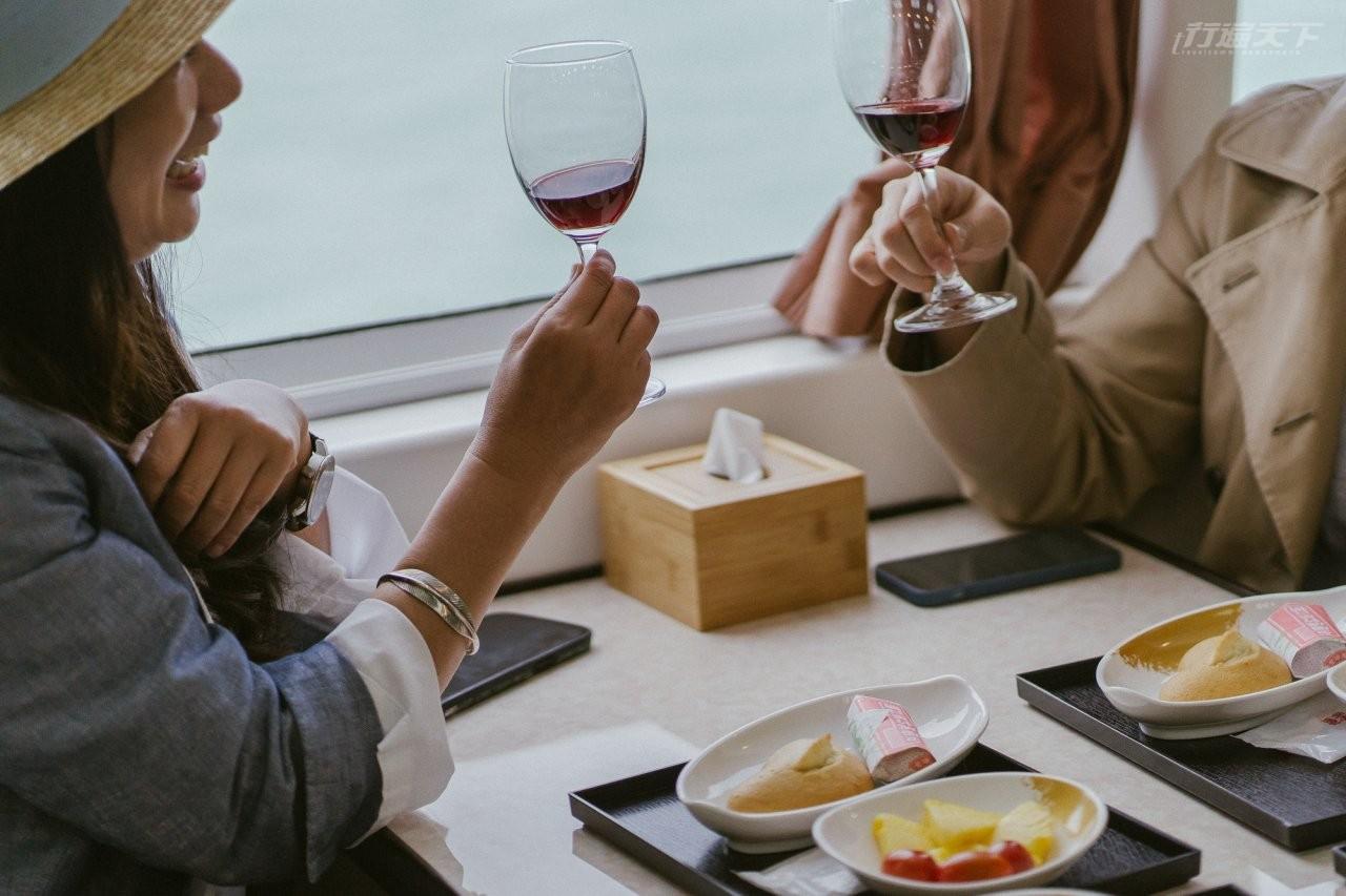 ▲旅客可於海上享用金門在地風味餐、特色茶點。(圖片提供:旅天下)