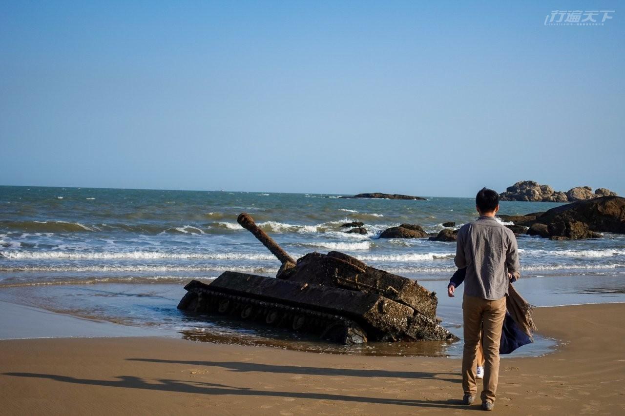 ▲被遺棄在歐厝沙灘上的報廢地獄貓式戰車,也吸引相當多人前往拍照。