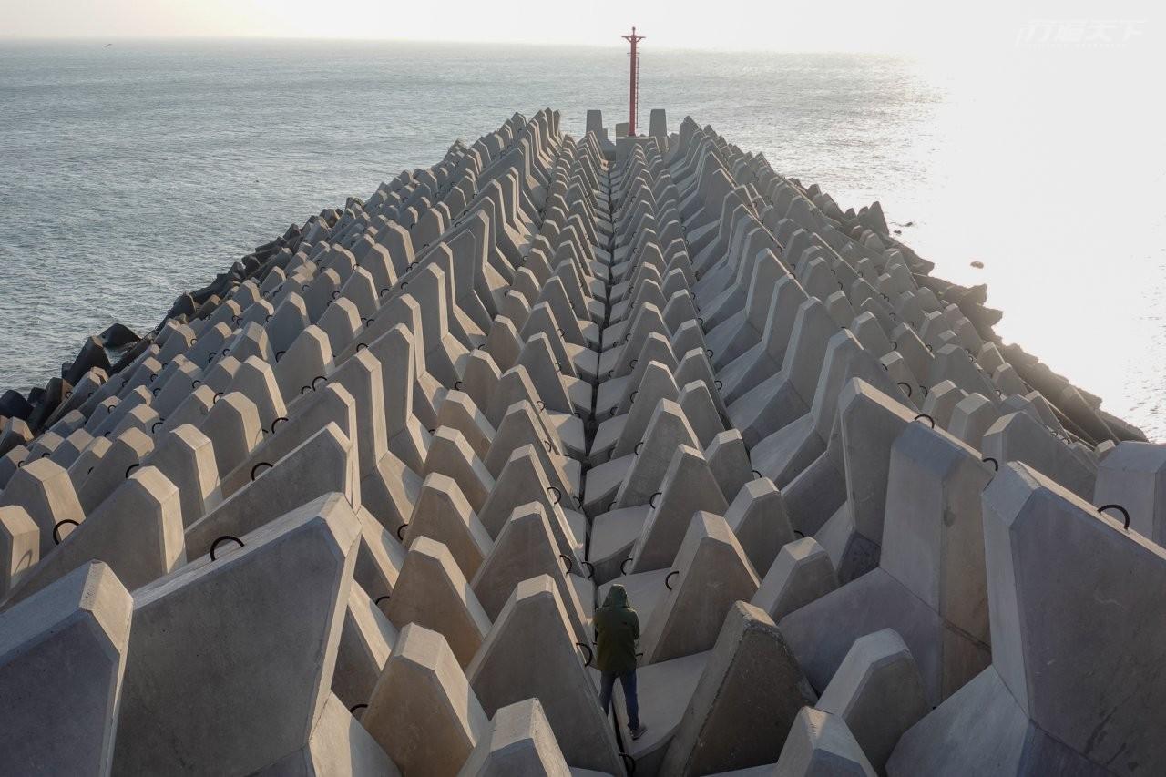 ▲漁港邊排列整齊的消波塊,看起來相當療癒。