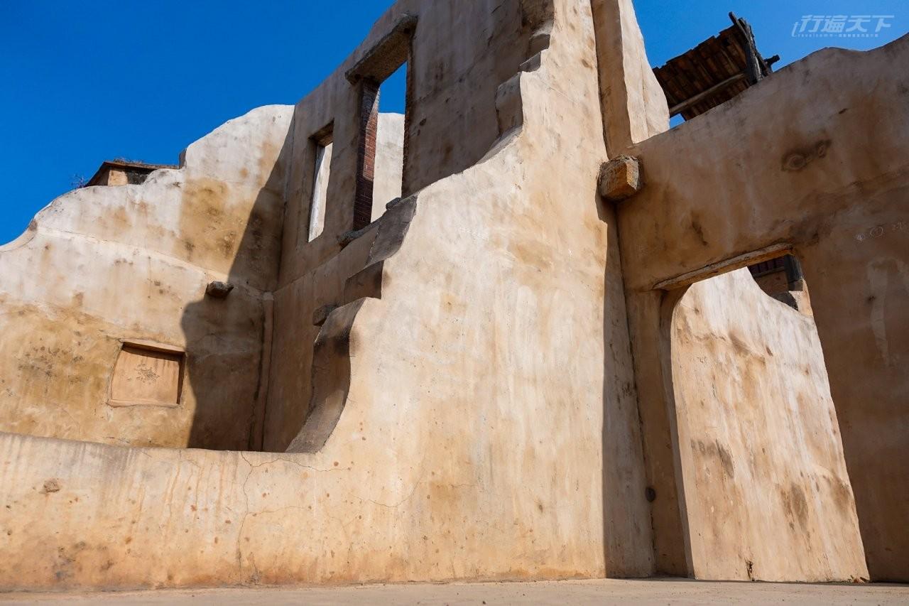 ▲金門各處都有戰時留下來頹屋殘壁,沙美老街這裡的超像是來到摩洛哥。