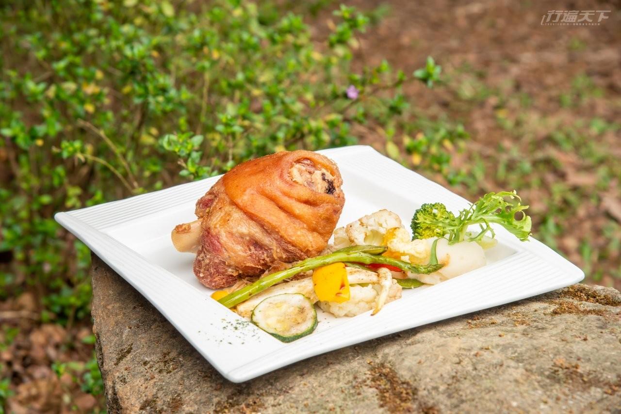 ▲先蒸再烤後炸又煎的方舟森林烤德國豬腳,搭配主廚特製的高麗菜酸菜,令人允指回味。