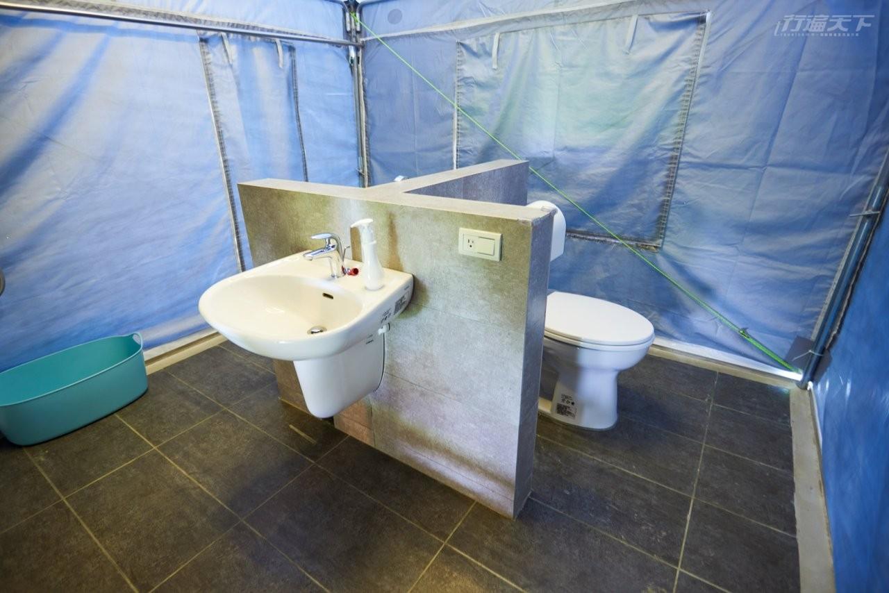 ▲每帳都有獨立的衛浴空間,不用擔心洗澡的水氣入到帳篷內。