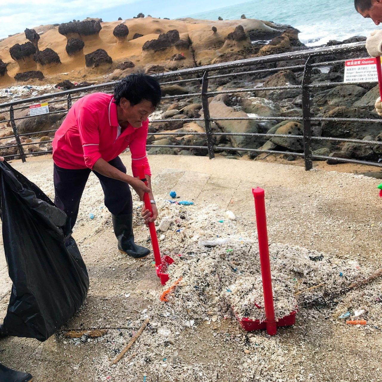 ▲7/27調降二級警戒準備開園,野柳地質公園也動員清理園區內被颱風帶來海洋垃圾。(圖片來源:野柳地質公園)