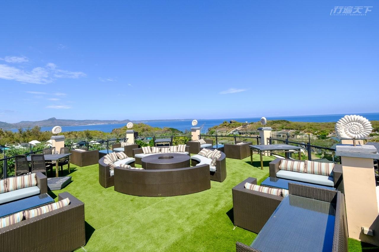 ▲餐廳頂樓的休閒空間,可遠眺整個巴士海峽,遠遠還可看到鵝鸞鼻燈塔。