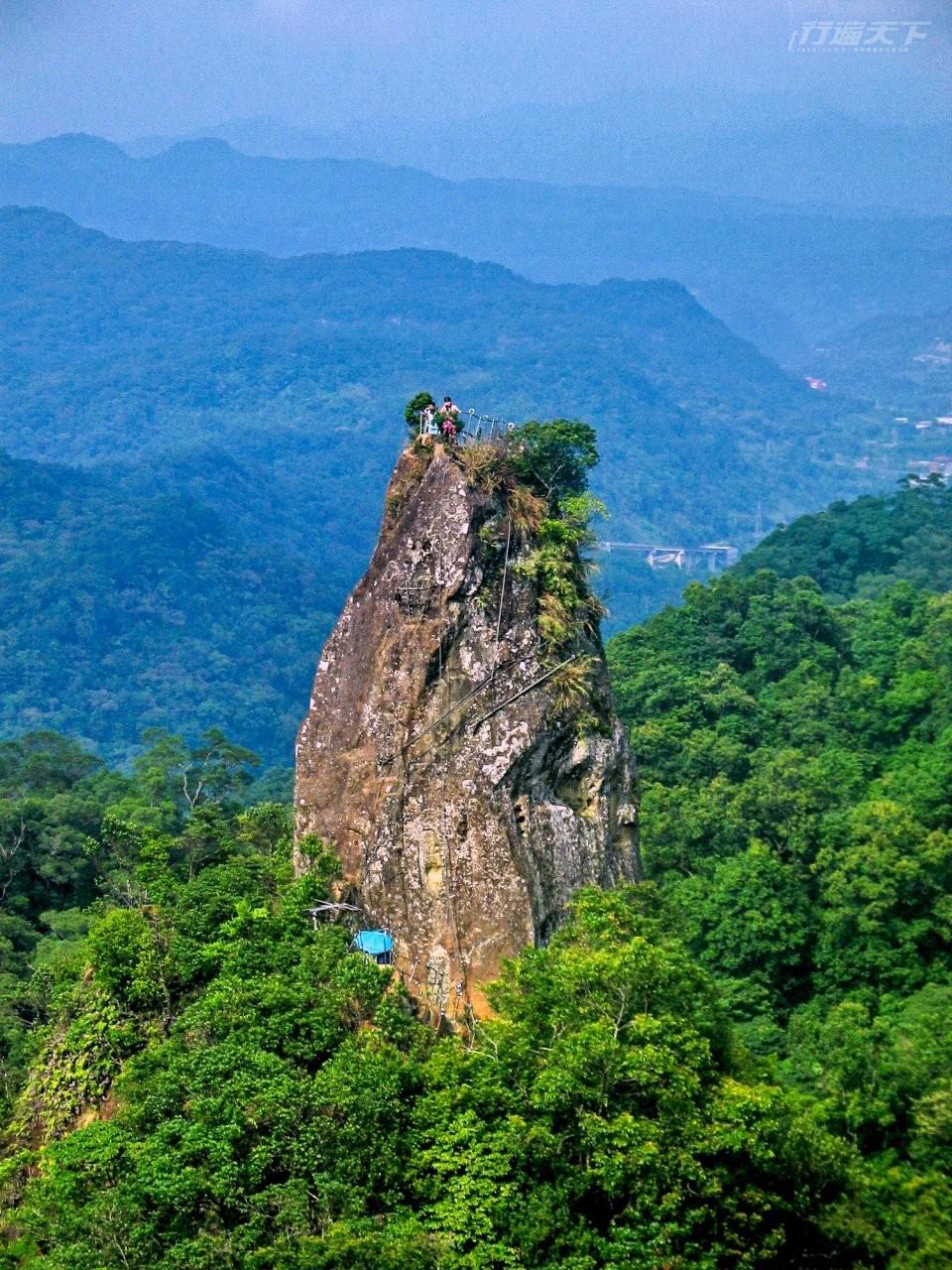▲由慈母峰遠眺孝子山,宛如一根巨大的石筍般。