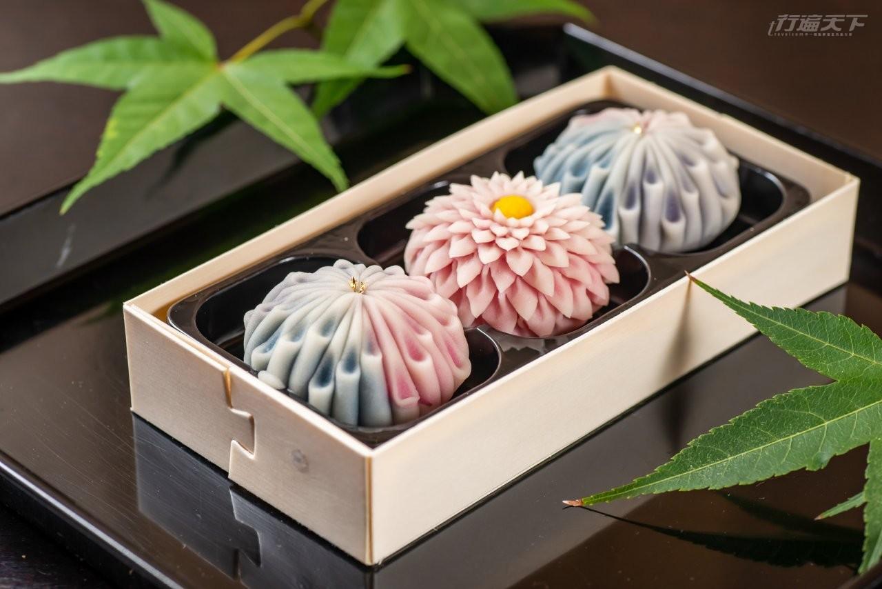 ▲以白鳳豆沙製成上生菓子「剪菊」蘊含日本精緻美食文化,可選1顆粉剪菊柚子口味或白剪菊抹茶口味,以及花火柚子口味和菓子2顆,2杯手刷抹茶或2杯抹茶清水,是祇園祭和菓子限定。