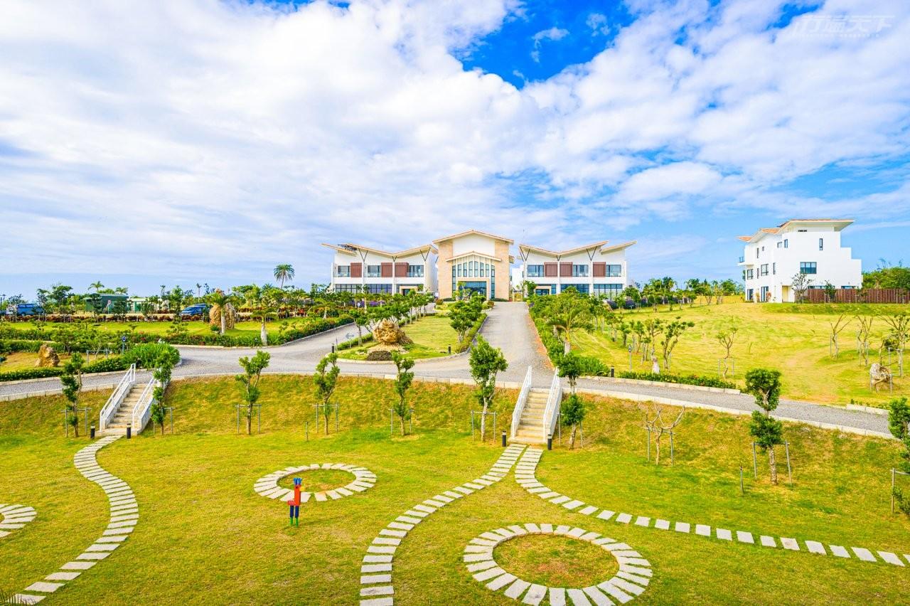 ▲七棟紅瓦白牆的建築是設計團隊與來自新加坡,2度獲得德國紅點設計獎的CindyI-HsuanWang攜手合作,結合藝術與在地文化所建構出的理想度假之所。(圖/嵐翎白砂渡假莊園提供)