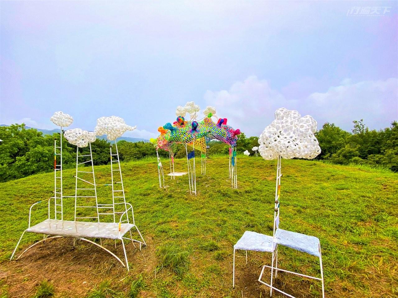 ▲藝術家林淑鈴的作品《雲朵製造所》位在關山親水公園的人造山頂。