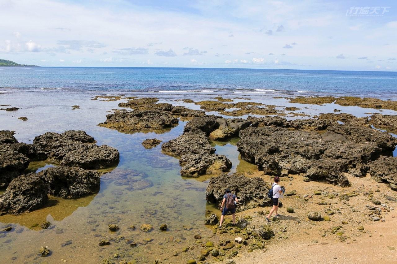 ▲海濱珊瑚礁岩林立,探索藏在岩穴裡的螃蟹或是淺水區的魚兒,也相當有趣。