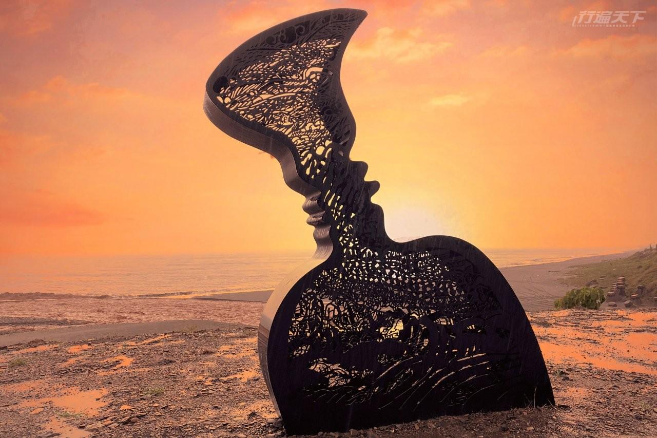 ▲大鳥遊憩區的《太平洋的呼喚、相約南迴》可以發現瓶子兩側蘊藏母與子的側臉剪影。