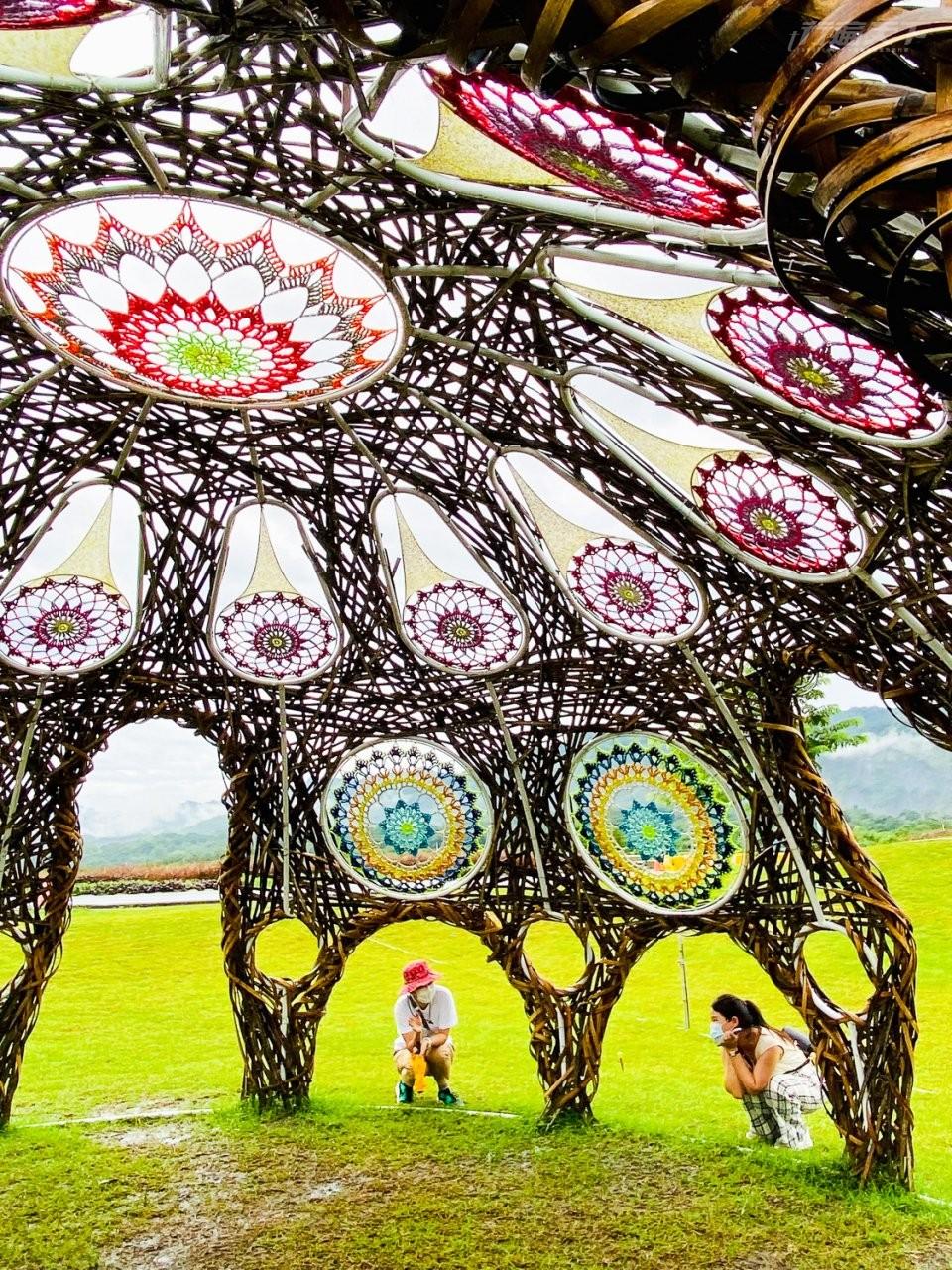 ▲藝術家林純用和楊海茜共創的《穹頂上有花》,是《縱谷大地藝術季—漂鳥197》其中一個作品。