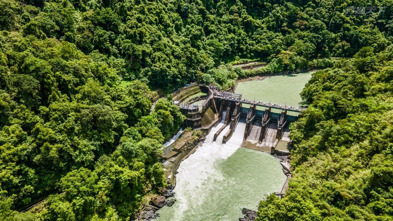 ▲必訪亮點4:透過兩地高低落差80公尺來進 行水力發電,北台灣的小型水力發電廠台電羅好水壩,可在此觀賞水力發電設施,了解水力發電原理。