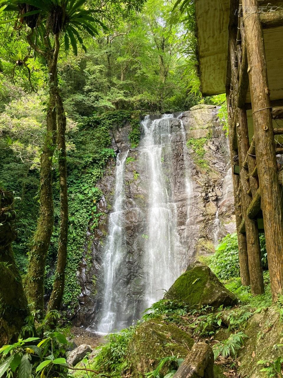 07處女瀑布高約25公尺,水流傾瀉而下十分壯觀,水量豐沛石油如白色簾幕,不時出現彩虹,是園區的人氣景點。(圖/新竹林管處提供.陳怡妙攝影)
