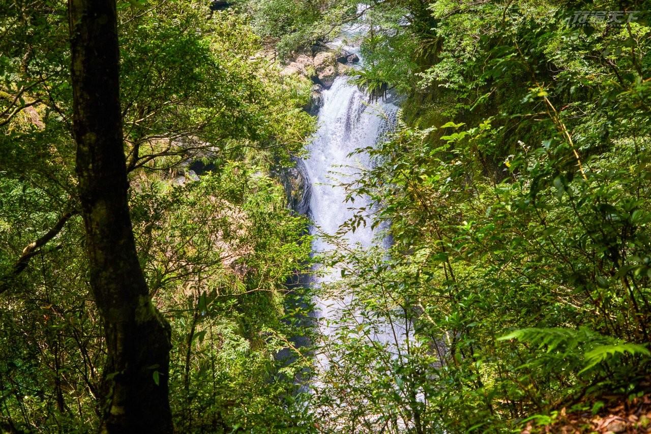 ▲滿月圓瀑布高約十多公尺,瀑布直沖而下彷彿白色絲絹,可至觀瀑亭遠望滿月圓瀑布全景。