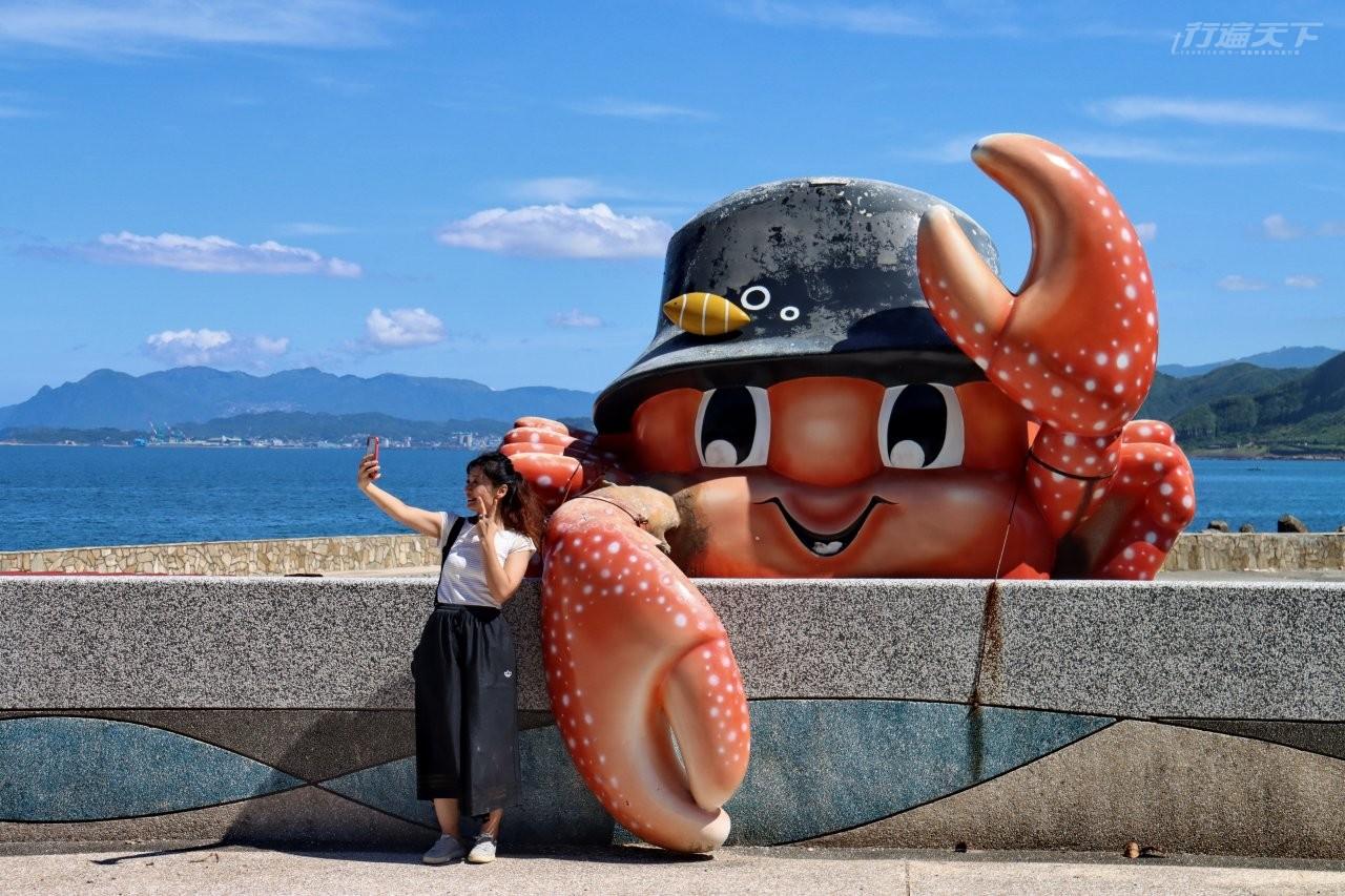 ▲龜吼漁港旁的螃蟹主題公園,規劃有各種Q版螃蟹裝置藝術。