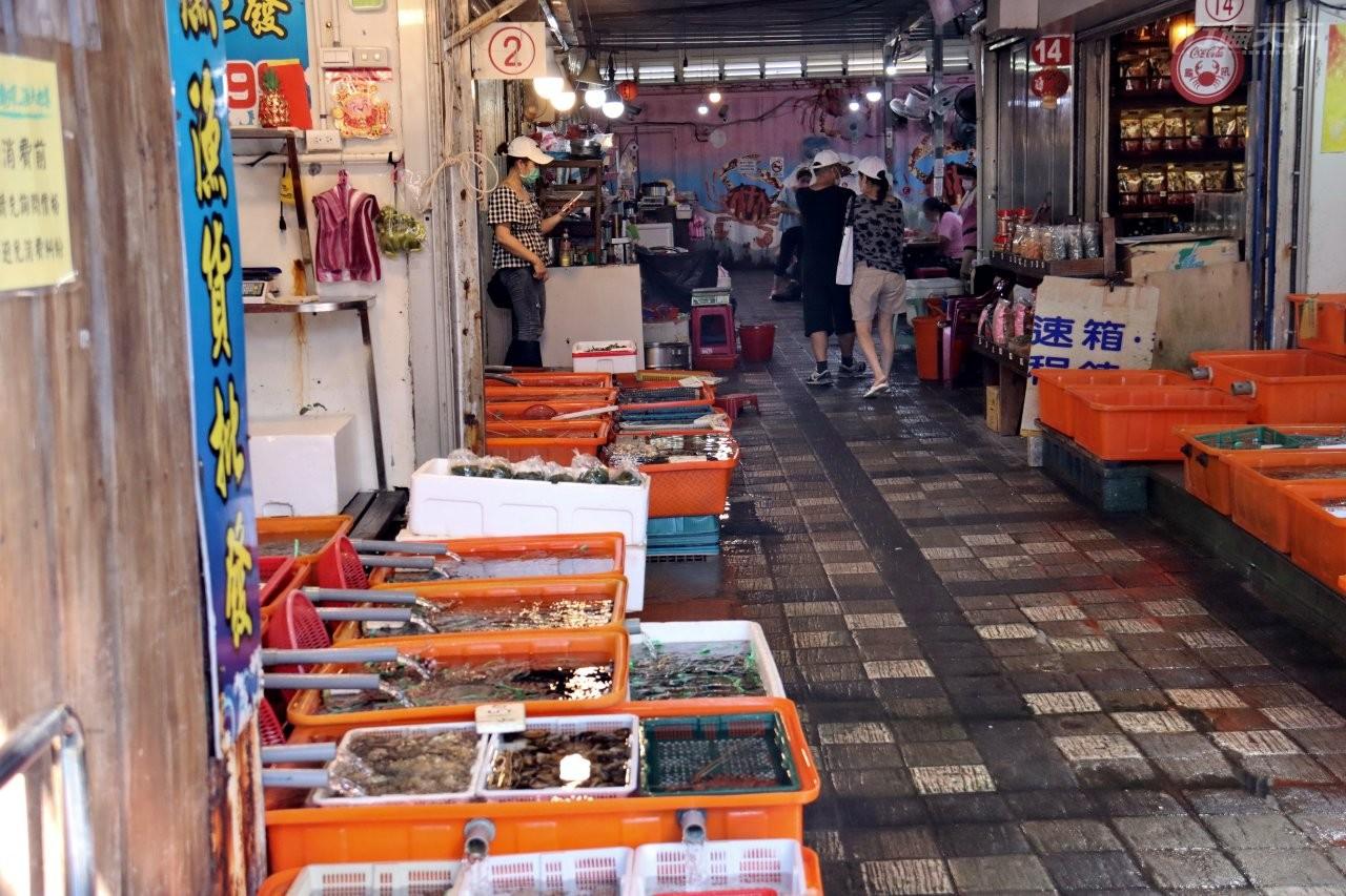 ▲龜吼漁夫市集有數十攤海鮮攤商。