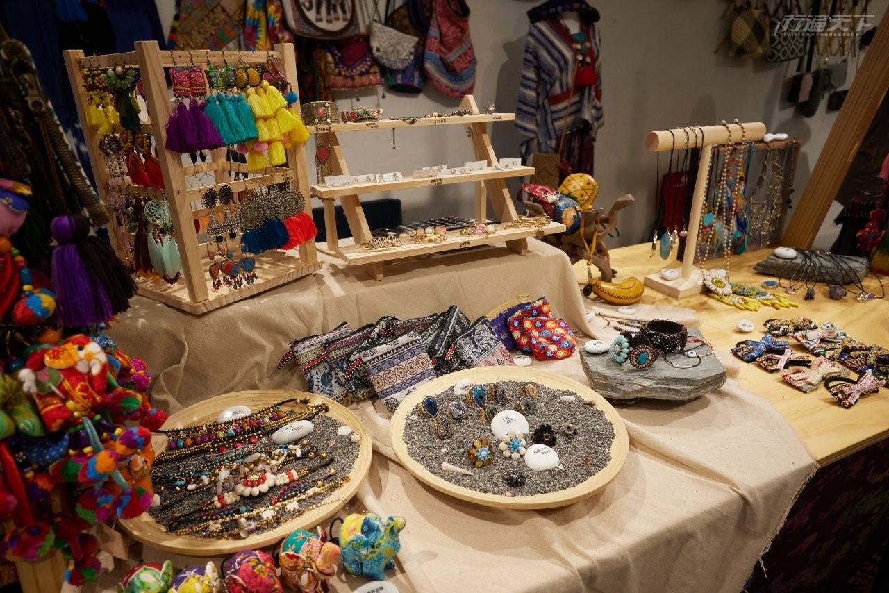 ▲海海市集中的手作小舖販售著由當地澳花部落的青年所作的特色飾品。